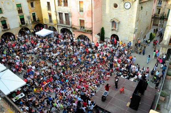 Las calles y plazas de Torroella de Montgrí se llenan de pequeños y mayores para contemplar con atención los trucos los magos profesionales de la Feria de la Magia