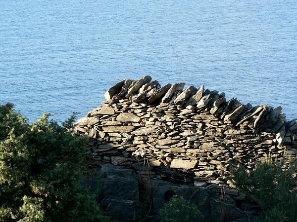 Los antiguos muros de piedra seca, ya sea para delimitar los cultivos o los caminos de ronda, son viejos vestigios del intento del hombre por adaptar el entorno natural de la Costa Brava a sus necesidades.
