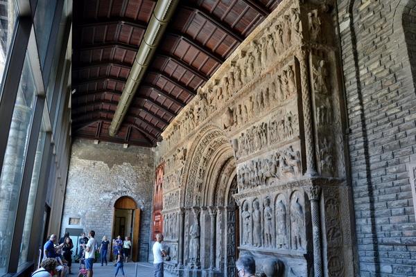 Sin lugar a dudas el elemento artístico más conocido del Monasterio de Ripoll es su pórtico medieval, del siglo XII