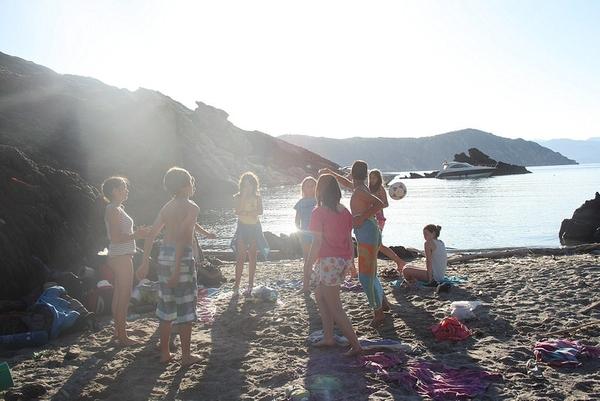Cala Prona, en el Port de la Selva, en la Costa Brava norte, es una cala perfecta donde los grupos de jóvenes se encuentran en total libertad tras una jornada de excursión