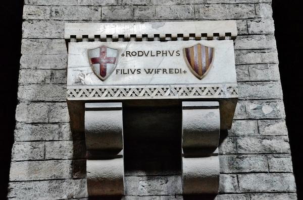 Tumba de Rodolfo, hijo de Guifré el Pilós, en el Monasterio de Ripoll