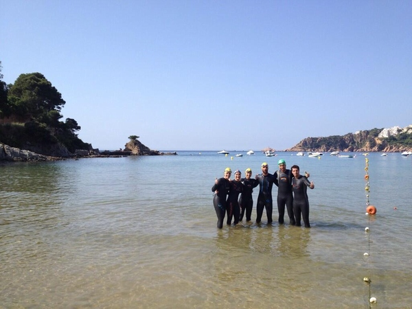 Un grupo de nadadores comienza su recorrido por la Vía Brava de Sant Feliu de Guíxols, Costa Brava