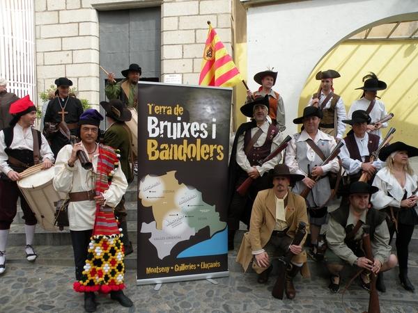 Los bandidos con sus trabucos ya están preparados, como cada mes de abril, en plena primavera, para dar inicio a sus exhibiciones durante la Feria Tierra de Brujas y Bandidos de Arbúcies