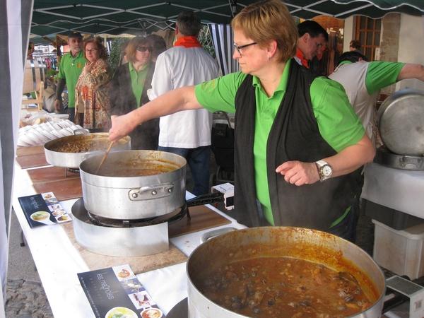 La gastronomía local también en protagonista de la Feria Tierra de Brujas y Bandidos de Arbúcies. Aquí están a punto de rematar unos deliciosos caracoles antes de que el público asistente pueda probarlos.