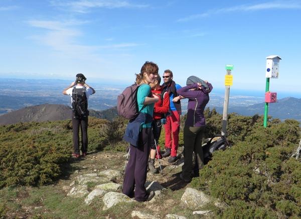 Llegamos a la cima de la montaña de les Salines, en Maçanet de Cabrenys, próxima a la frontera franco-española, y un excelente mirador de los Pirineos y de la Costa Brava