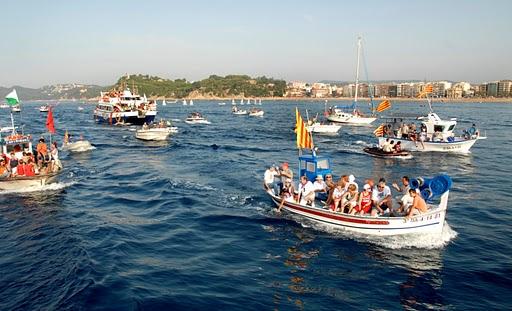 El Día de Santa Cristina, patrona de Lloret de Mar, está protagonizado por la procesión marítima que la mañana del 24 de julio tiene lugar entre la Playa de Lloret de y la de Santa Cristina, donde se encuentra el Santuario donde reposan las reliquias
