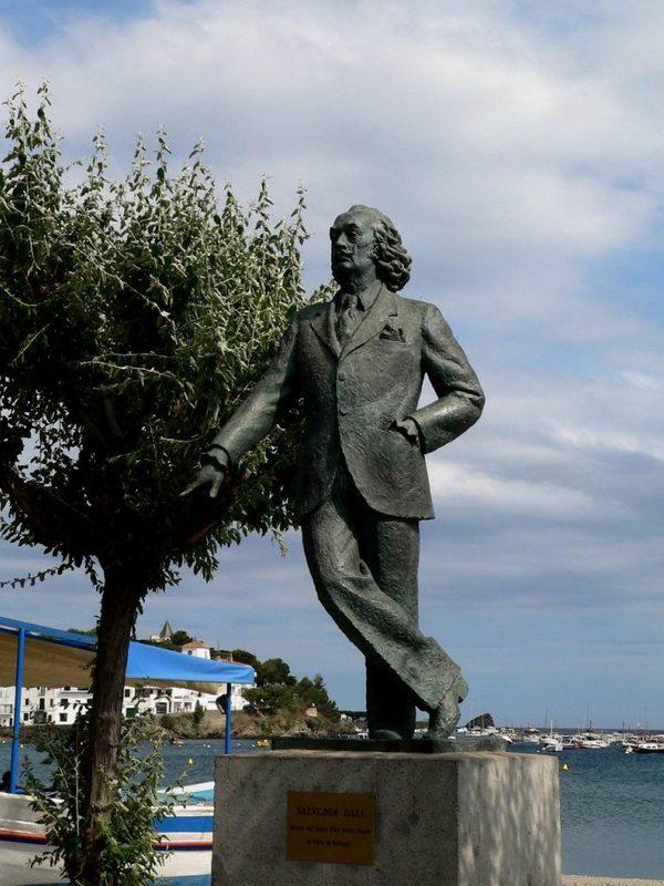La estatua de Salvador Dalí, por la pose, parece esperar nuestra llegada al paseo marítimo de la Platja Gran de Cadaqués