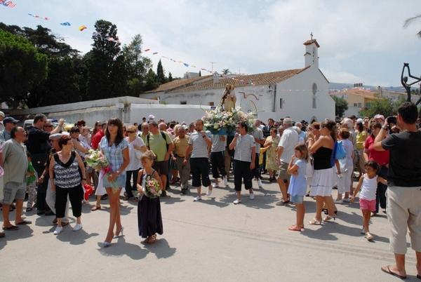 La Procesión Marítima de la Virgen del Carmen sale de la Iglesia del Puerto para embarcar la imagen, Llançà, Girona, Costa Brava