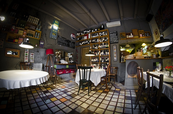 La decoración del interior de Mas Sorrer, en Gualta, es ciertamente original, con un cierto aire vintage retro rústico