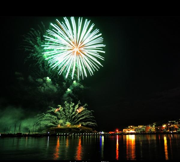 Las fiestas de la Virgen del Carmen de Llançà tienen su punto final a medianoche con el espectáculo de fuegos artificiales sobre el mirador de Castellar, también frente al puerto