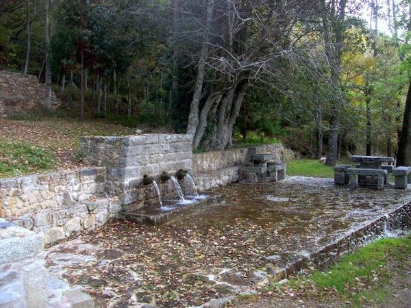 También muy cerca del Santuario de les Salines se encuentra esta fuente de varios caños, con un agua fresca y pura de los Pirineos