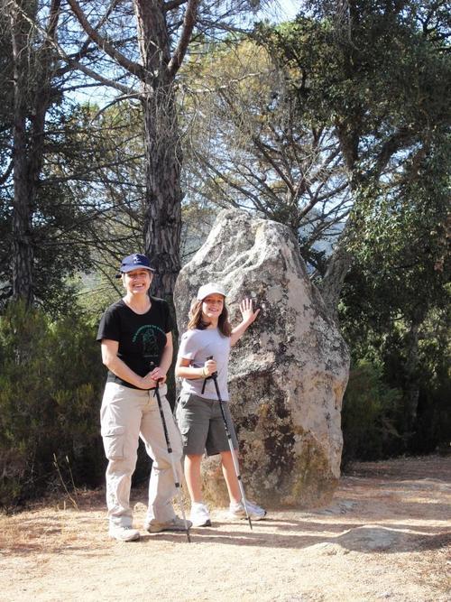 El Menhir de Llauradó, y la cueva de la Tuna, se encuentran a poca distancia de la masía de Can Llauradó, en Santa Cristina d'Aro