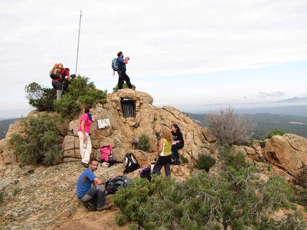 Un grupo de senderistas acaba de alcanzar la cima del Montclar, a 407 metros sobre el nivel del mar: un mirador impresionante sobre la Costa Brava y los Pirineos