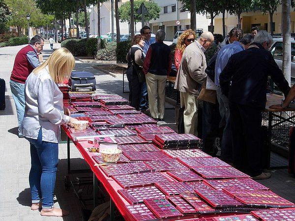 La pasión por el coleccionismo de artículos relacionados con el cava y el champán llega a las calles de Sant Feliu de Guíxols, en forma de mercado de venta o bien de intercambio