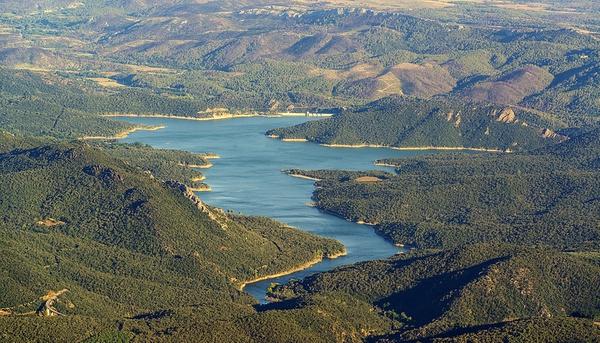 Desde el recorrido de les Salines se alcanza a ver fácilmente el Pantano de Boadella, que se encuentra a unos 6 o 7 kms, aproximadamente