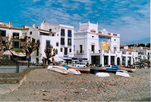 A un lado del paseo marítimo de la Playa Grande de Cadaqués encontramos la Societat de l'Amistat o Casino, una institución cultural del siglo XIX que continúa bien activa hoy en día gracias al interés de los vecinos