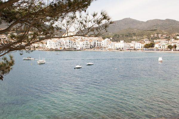 La Playa Grande de Cadaqués se encuentra en el centro de la bahía y es una playa urbana con un gran número de servicios para los bañistas