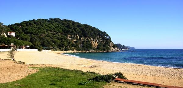 Playa Santa Cristina se encuentra en una bahía rodeada en ambos lados por acantilados que son bosques cubiertos de pinos como la Punta de Llevant, que es la que se encuentra en la parte norte, en dirección a Platja d'Aro