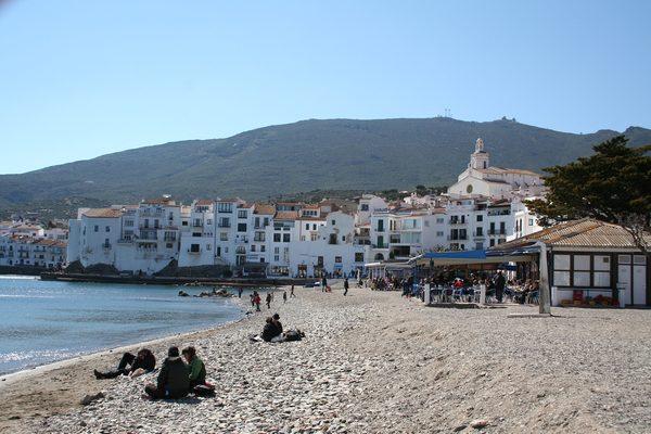 La Playa Grande Cadaqués tiene dos grandes chiringuitos restaurantes que ofrecen bebidas y comidas típicas de la cocina marinera ampurdanesa a los bañistas