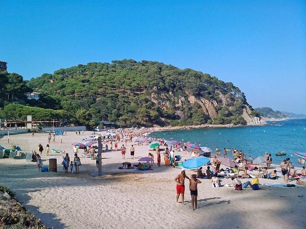 Playa Santa Cristina se encuentra al sur de Lloret de Mar, casi tocando Blanes, y es una larga playa de arena fina muy popular y familiar, Costa Brava