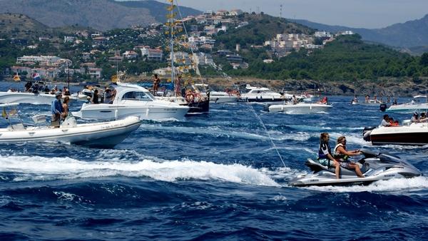 Sin embargo el barco que lleva la imagen de la Virgen del Carmen no navega solo. Multitud de embarcaciones, ya sean de pescadores, de placer o incluso motos de agua, como podemos apreciar en la imagen, acompañan a la Virgen en la procesión marítima de Llançà