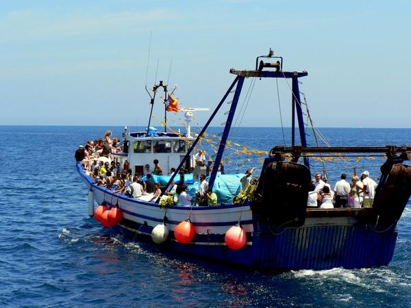 Un gran barco de pescadores aloja la imagen de la Virgen del Carmen así como a los porteadores, la banda de música y algunos visitantes, que la escoltan durante todo el trayecto
