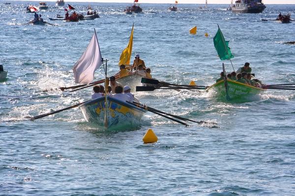 La regata de Santa Cristina tiene lugar en el tramo final de la procesión marítima. Los más jóvenes del lugar forman parte de las embarcaciones 'llaguts' como remeros, con el objetivo de ganar una carrera épica para los de Lloret de Mar