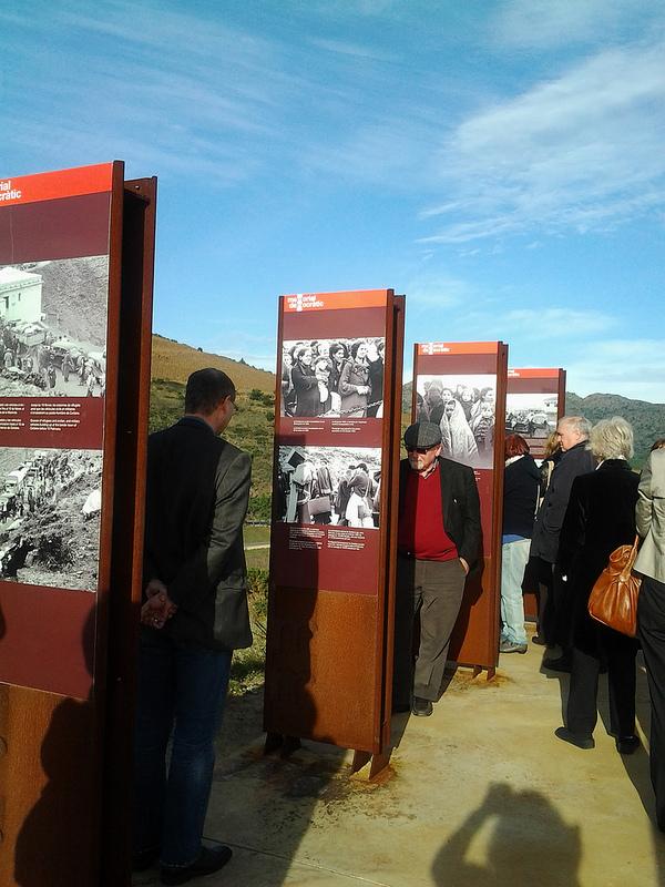 Todavía hoy en día muchos visitantes llegan a Portbou interesados por las historias de exilio que sucedieron aquí tras la derrota de la Guerra Civil en 1939