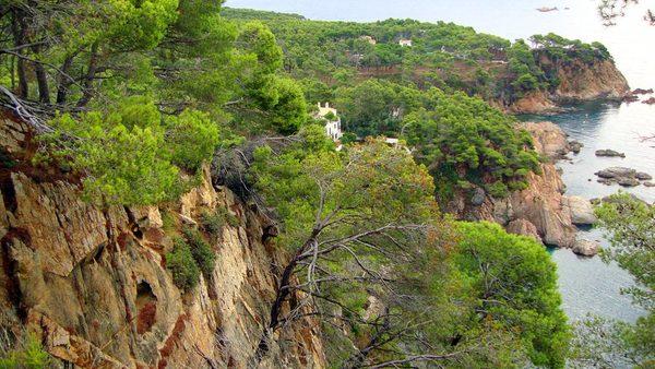 Cala Sanià, en Palamós, se encuentra en unos de los tramos más bellos y arrebatadores de la Costa Brava, y su historia además se encuentra ligada a la vida del escritor norteamericano Truman Capote