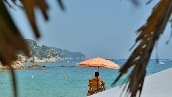 Playa Santa Cristina, en Lloret de Mar, ofrece varios servicios a los bañistas, entre ellos la presencia de un vigilante de la playa