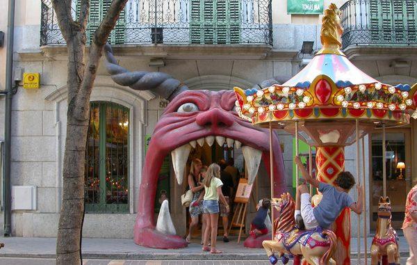 Entrada al Museo de la Historia del Juguete de Sant Feliu de Guíxols, cerca de la playa del pueblo: una buena oportunidad para los niños y adultos de descubrir la evolución del juguetes a lo largo del tiempo