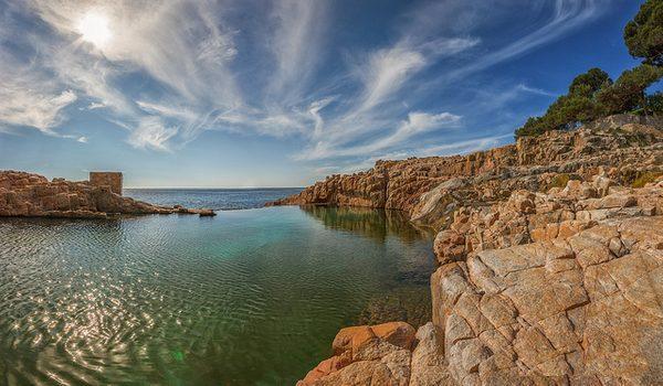 Cuando el motor de bombeo de agua salada del mar hacia la piscina se encuentra apagado sus aguas se encuentran calmadas