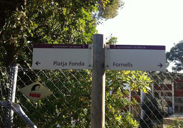 El camino de ronda que lleva a Es Cau se encuentra entre las playas de Fornells y Fonda, en Begur, y se encuentra señalizado