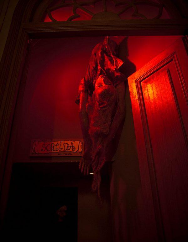 ¡Uy qué miedo! La Calle del Terror es el espacio más inquietante de todo el museo. Momias y otras figuras terroríficas se muestran aquí en el ambiente más siniestro que os podáis imaginar.