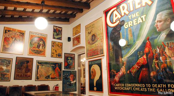 La Casa Mágica es amplia y se encuentra dividida en varias salas. Aquí podemos observar un pequeño rincón con antiguos cárteles de espectáculos de magia.