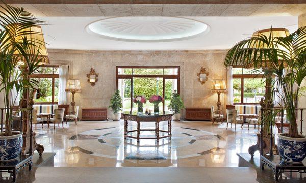 El Hall del Hostal La Gavina también da buena cuenta del nivel de este precioso hotel en Sant Feliu de Guíxols, Costa Brava