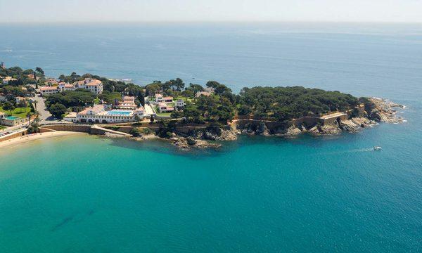 El complejo del Hostal La Gavina ocupa la parte norte de la bahía de Sant Pol, en la zona de S'Agaró, Sant Feliu de Guíxols, Costa Brava