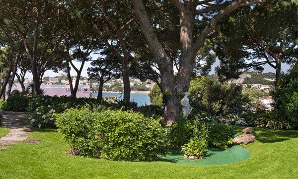 El Hostal de la Gavina cuenta con un bello jardín por el que los visitantes pueden pasear
