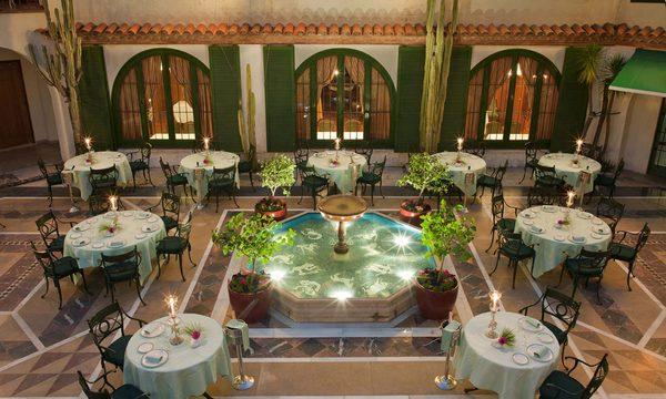 Otro de los escenarios inolvidables del Hostal La Gavina es su patio, alrededor de una bella fuente de agua iluminada