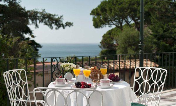 El Hostal La Gavina cuenta con varias terrazas que ofrecen bellas vistas sobre la costa rocosa de Sant Feliu de Guíxols, justo sobre el camino de ronda de S'Agaró