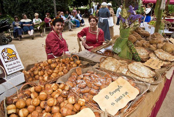 La Feria del Pan, del Trigo y de la Harina tiene lugar un domingo entre los meses de mayo y junio en Castelló d'Empúries, cerca de Empuriabrava y del Cabo de Creus, Girona, Costa Brava