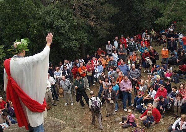 Cada año, sobre la última semana del mes de octubre, se organiza una marcha popular a pie a través de la Vía Romana de Capsacosta. Un recorrido familiar, con teatralización incluida, que nos hace disfrutar de la influencia milenaria romana en esta zona