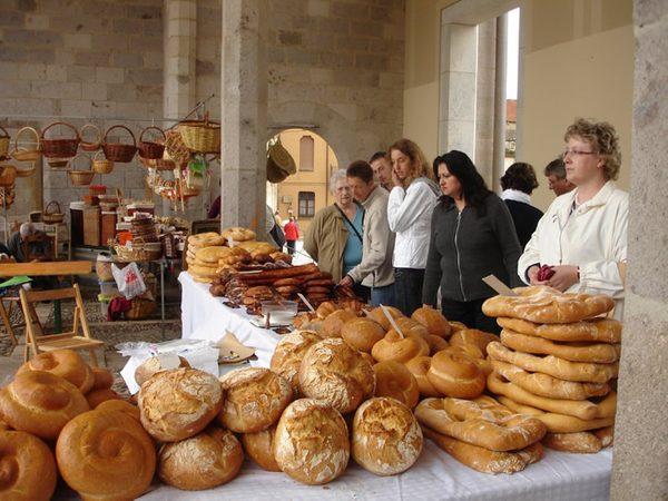 La Feria del Pan de Castelló d'Empúries cuenta con un mercado que ofrece no sólo pan sino también otros productos relacionados, como por ejemplo cestos de mimbre