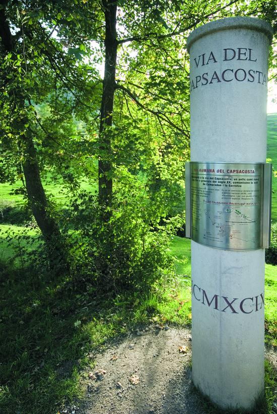 La Vía Romana de Capsacosta se encuentra muy bien señalizada, con informaciones no sólo concernientes al sentido de la ruta, sino también con paneles explicativos de los diferentes elementos viarios que conforman la vía