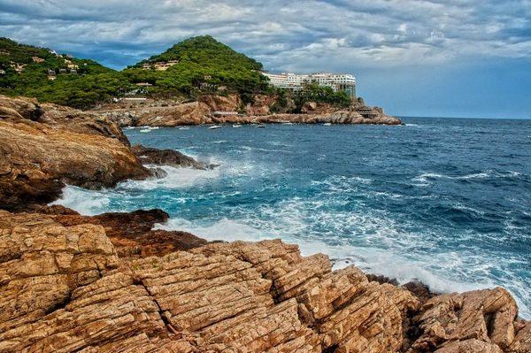 El camino de ronda entre las calas de Sa Tuna y Aiguafreda tiene una longitud de poco más de 1 km y nos permite disfrutar del tramo de costa rocosa más bello de Begur, que tiene vistas, por ejemplo, a la montaña de Cap Sa Sal