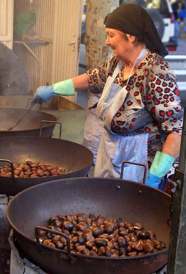 La castañera es la mujer que asa las castañas y los boniatos en la calle, a veces pasando bastante frío, para que después nosotros podamos degustarlos en un cono de papel