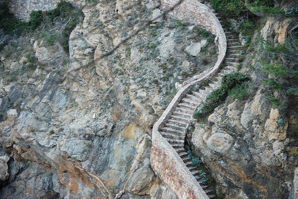 A la altura de Cala Ses Vaques, una cala a la cual podremos acceder, encontramos estas escalera de piedra, un elemento clásico en los caminos de ronda de la Costa Brava