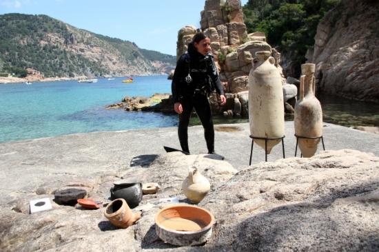 Los submarinistas profesionales del Centro Subacuático de Arqueología de Cataluña, sobre todo durante el invierno y de manera discreta, han trabajado aquí extrayendo y catalogando el máximo número de piezas pertenecientes a cargas de antiguos barcos comerciales