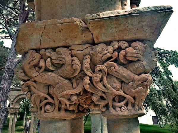 El Claustro de Palamós conserva piezas que son de innegable origen medieval, como la base de este capitel