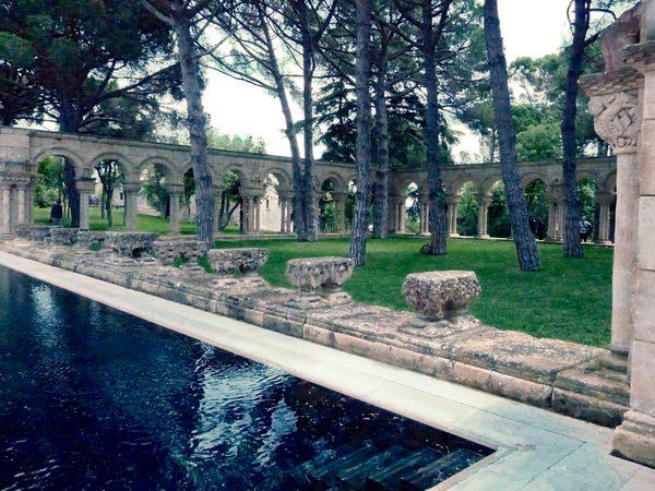 No deja de ser sorprendente contemplar una joya histórica como el Claustro Románico de Palamós, hipotéticamente procedente de Salamanca, Castilla-León, junto a una moderna piscina privada de la Costa Brava